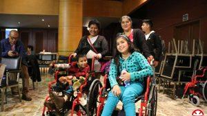 Niños reciben sillas de ruedas