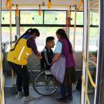 Persona en silla de ruedas dentro de bus